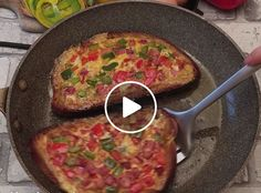 Omelette in a Hole Omelettes, Bagel Recipe, Good Food, Yummy Food, Comida Latina, Cooking Recipes, Healthy Recipes, Main Meals, Quick Meals