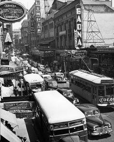 """Tráfico en la ciudad de México. Serie fotográfica realizada para la revista Time con el título de """"Street cars in México City"""", México, D.F. 1950"""