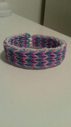 Driedubbele visgraat armband gemaakt van loom elastiekjes - Triple fishtail bracelet made of loom bands Fishtail Bracelet, Loom, Braids, Rugs, Home Decor, Wristlets, Bang Braids, Farmhouse Rugs, Cornrows