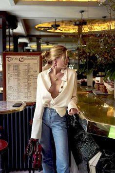 Camille Charriére usa mom jeans + camisa e brincos statement.