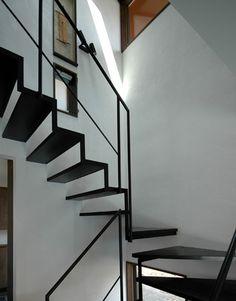 白い壁に黒い階段