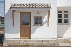漆喰の壁(カルクウォール)に洋瓦が似合うフレンチナチュラルな小屋裏のある2階建て住宅