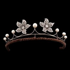 Diamond and pearl tiara. 4 cts brooches that can be worn on a pearl tiara. Tiara in silver and the brooches are in 18k white gold.