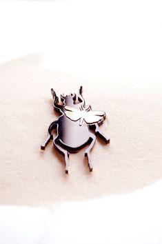 broche scarabée + insectes plexi noir et laiton doré