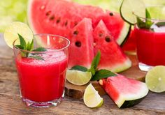 Smoothies are a cool, refreshing way to get in your fruits this summer. Here are four fruits you should include in your smoothie for weight loss success. Watermelon And Lemon, Eating Watermelon, Watermelon Smoothies, Watermelon Margarita, Healthy Smoothies, Sumo Natural, Watermelon Health Benefits, Workout Drinks, Anti Oxidant Foods