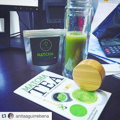 """Aquí @anitaaguirrebena compartiendo su #TéMatcha matutino en jugo! Haz tu compra con despacho a todo Chile en www.matchachile.com   """" rico jugo #detox de apio manzana verde y limon y con el inflatable @tematcha  #matcha #dailymatcha"""""""