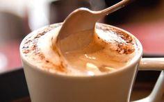 café cremoso - 2 xíc açúcar 100 g café solúvel 4C cacau ou chocolate em pó  1 xíc (chá) leite em ponto de fervura. Na batedeira, misture o açúcar com o café solúvel e o cacau. Junte o leite e mexa somente para dissolver os ingredientes secos. Bata bem, por 10 min, até  ficar bem fofo e cremoso. Utilize 1 C para cada xícara de leite quente e misture bem. Guarde a mistura no freezer , em recipiente fechado, para manter sua cremosidade. Não é preciso descongelar para usar.
