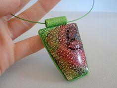 batikovaný náhrdelník přívěsek z fimo hmoty, s lístky, zdobený technikou batikování (alkoholové inkousty), navlečený na barevné kovové obruči se šroubovacím zapínáním, velmi lehký přívěsek- 6x4cm