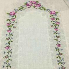 En Beğenilen Seccade Modelleri - Tie Tutorial and Ideas Towel Embroidery, Embroidery Flowers Pattern, Embroidery Needles, Flower Patterns, Crochet Flower Headbands, Crochet Flowers, Stitch Crochet, Crochet Carpet, Cross Stitch Rose