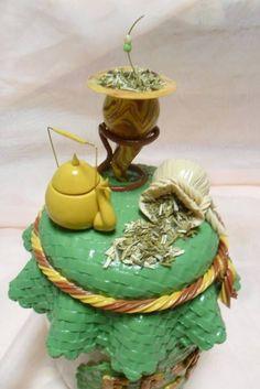 Pote decorado em biscuit para erva mate .