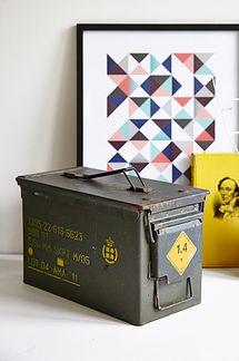 Amminitions militær kasse m/ gul skrift - 225kr. Køb den på www.loppedesign.dk