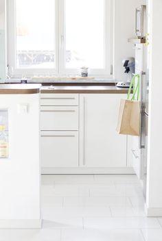 In einem neuen Kleidchen erstrahlt meine Küche ganz schlicht und minimalistisch. In Weiß! Manchmal brauch es nicht viel für eine kleine Veränderung und das man sich wieder wohlfühlt daheim. Mehr könnt ihr auch auf meinen Blog nachlesen. Tschüßi! Eure Heike