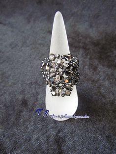 Ring in der Farbe hematite aus Swarovski Bicone und Rocailles