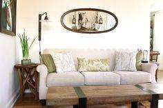 salon contemporain avec tables rustiques et lampe ancienne