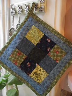 Seven Sisters » Quilted Potholders {Tutorial}. Good tutorial on how to do the binding/edges.