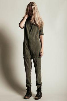 (Via studded hearts) Army jumpsuit Emilia Attias, Denim Blog, Looks Style, My Style, Boiler Suit, Lookbook, Ms Marvel, Military Fashion, Trends