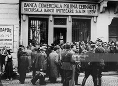 1940, Sep, Romania: After The Red Army's invasion of Poland On September 17, 1940, Polish refugees in Romania waited for banks to open in order to exchange their currency. [Getty Images]