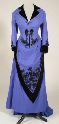 1880 - Ensemble en lainage bleu - broderies et parements noir - le drapé de la jupe devant