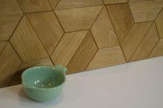 Drewniane płytki parkietowe w kształcie trapezu - ułożone nad blatem kuchennym / Wooden parquet tiles in trapeze shape - over the kitchen worktop