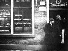 De horlogerie van H. Oldeman in Ommen. Links Jacob de Levie, rechts de familie Oldeman. De Levie stierf op 31 januari 1943 in Auschwitz, zijn vrouw en twee dochters van 6 en 10 jaar werden 3,5 maand eerder vergast.