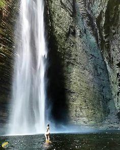 Pra fechar esse domingão quente, Cachoeira da Fumacinha a todo vapor!  Na foto: @camillaamiranda  Conheça @trilheiros_do_brasil  Use #trilheirasdobrasil e compartilhe suas aventuras conosco!  #cachoeiradafumacinha #trilheirasdobrasil #ibicoara #chapadadiamantina #bahia #brasil
