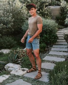 Spring Fashion in Sandals Summer Outfits Men, Stylish Mens Outfits, Short Outfits, Mode Masculine, Moda Tropical, Justin Livingston, Pool Party Fashion, Look Con Short, Picnic Outfits