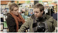 """""""Offerrollsretorik"""" är en tragikomisk skildring av kvinnors maktmanipulerande offerrollsretorik. I filmen porträtteras kvinnor i olika generationer som har blivit bekväma i rollen som offer, en roll som de upplever sig ha blivit tilldelade, men som de också omedvetet använder sig av.  Vinnare av Publikens Pris i Startsladden, Göteborg International Film Festival 2013 Internationell premiär: Molodist International Film Festival, International Competition, Kiev, Ukraina 2012  Katja Wik, f..."""