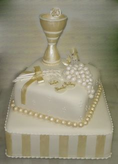 first holy communion First Holy Communion Cake, First Communion Favors, Bolo Elsa, Bolo Panda, Communion Centerpieces, Cross Cakes, Religious Cakes, Confirmation Cakes, Easy Cake Decorating