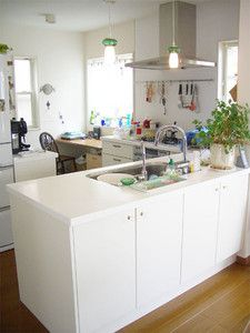対面式のゆったりとしたL型キッチン。 吊戸棚をつけないオープンなレイアウトのキッ...