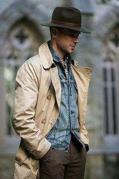 Everyday Classic: Khaki Trench In-Between. But like all classic menswear pieces, it's got versatility built in. Add a classic touch to an everyday look with a lightweight khaki trench. Outfits With Hats, Casual Outfits, Men Casual, Plad Outfits, Der Gentleman, Gentleman Style, Gentleman Fashion, Look Jean, Herren Style