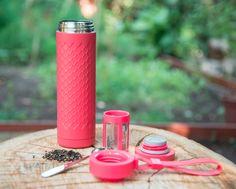 Travel Mug de acero inoxidable. Lleva tu té a todos lados con este infusor portátil de Adagio Teas Water Bottle, Drinks, Vacuum Flask, Stainless Steel, Tea Pots, Presents, Water Flask, Water Bottles