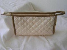 Nécessaire feita em tecido matelado dublado e forrada com nylon.   Mede aproximadamente 22cm de largura, 16cm de altura e 8cm de profundidade. R$ 24,00