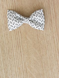 Learn how to make super easy bows in just a few steps. You don't even have to measure anything! Perfect tutorial for us less crafty folks. Making Hair Bows, Diy Hair Bows, Baby Sewing Projects, Sewing Crafts, How To Make Bows, Make And Sell, Dog Pattern, Fabric Bows, Hairbows