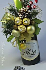 Sie können viel mehr erreichen, als Sie suchen. Wine Bottle Crafts, Bottle Art, Christmas Arrangements, Floral Arrangements, Christmas Crafts, Christmas Decorations, Chocolate Bouquet, Candy Bouquet, Wine Gifts