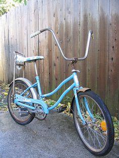 """Une bicyclette avec un long banc """" banane """" !  J'en avait une, elle était blanche avec un banc fleuri."""