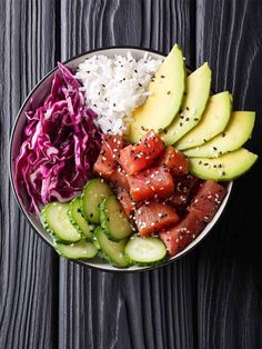 Combine delicious sashimi tuna with a rainbow of fresh vegetables and rice for this filling, healthy and vibrant tuna pok& bowl. Tuna Recipes, Healthy Recipes, Rice Recipes, Easy Recipes, Poke Recipe, Plats Healthy, Tuna Poke, Metabolism Boosting Foods, Poke Bowl