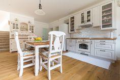 Príjemná vidiecka romantika | Decodom Magazín Kitchen Island, Furniture, Home Decor, Island Kitchen, Decoration Home, Room Decor, Home Furnishings, Home Interior Design, Home Decoration