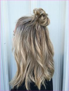 35 Sophisticated & Summery Sandy Blonde Hair Looks - Part 16 From all-over sandy blonde hair to strategically placed balayage highlights,these sandy blonde hairstyles will give you lighter locks that look chic and natural Sandy Blonde Hair, Blonde Hair Looks, Brown Blonde Hair, Brunette Hair, Winter Blonde Hair, Sandy Hair, Blonde Redhead, Good Hair Day, Pretty Hairstyles