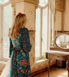 Villanelle + Outfits in Olivia Von Halle silk pyjamas The Vampires Wife maxi dress and Yuul Yie shoes La DoubleJ dress, Dragon tan bag and Golden Goose boots Unknown designer The Vampires Wife, Olivia Von Halle, Jodie Comer, Tan Bag, Best Actor, Simple Outfits, Palms, Infinite, Archive