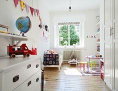 Luminoso dormitorio de estilo escandinavo con blancas paredes y suelos de madera. Los detalles en color y la manta a crochet rompen el blanco y aportan calidez.  FOTO. http://interiores.alterblogs.com/apartamento-nrdico/