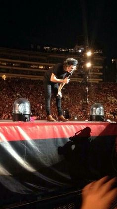 One Direction on stage at the Rose Bowl Stadium in Pasadena, California (11/09/2014)