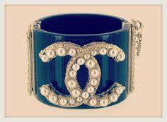 Bijoux vintage Marguerite de Valois http://www.vogue.fr/joaillerie/carnet-d-adresses/diaporama/carnet-d-adresses-bijoux-tresors-vintage-chanel-yves-saint-laurent-karry-o-marguerite-de-valois-susan-caplan/15942/image/876061