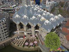 De 38 kubuswoningen boven de Blaak nabij de Oude Haven in Rotterdam zijn gebouwd tussen 1982 en 1984. Het ontwerp is van architect Piet Blom