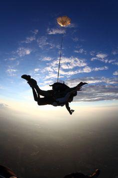 Memorial tandem skydiving for Jonny on his birthday Trampolines, Tandem, Adventure Awaits, Adventure Travel, France Sport, Cidades Do Interior, Base Jumping, Bungee Jumping, Paragliding