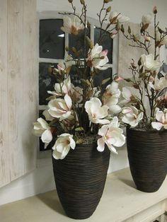 Bloemstukken op hoge bruine vazen - kleur zacht roze