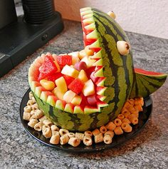 Melon Hai - Melonen-Hai Melon-shark – great for the birthday party! Cute Food, Yummy Food, Fruit Creations, Watermelon Carving, Food Carving, Party Buffet, Food Platters, Snacks Für Party, Food Decoration