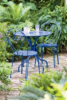 déco de jardin rétro, table ronde en fer bleu électrique et chaises assorties