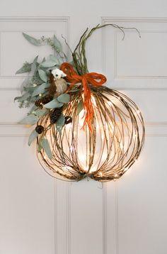 TWIGS and fairy lights DIY pumpkin wreath ! Pumpkin Topiary, Pumpkin Wreath, Diy Pumpkin, Pumpkin Spice, Fete Halloween, Autumn Decorating, Diy Wreath, Tulle Wreath, Burlap Wreaths