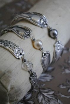 recycler de vieilles cuillères How to Make Spoon and Fork Jewelry Tutorials - The Beading Gem's .How to Make Spoon and Fork Jewelry Tutorials - The Beading Gem's . Silverware Jewelry, Wire Jewelry, Jewelry Crafts, Beaded Jewelry, Jewelery, Handmade Jewelry, Gold Jewellery, Antique Jewellery, Jewelry Necklaces