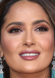 Golden Globes The Best Skin, Hair and Makeup Looks on the Red Carpet Black Brows, Bold Brows, Long Lashes, False Lashes, Salma Hayek Hair, Celebrity Makeup Looks, Celebrity Photos, Brunette Bob, Face Mist